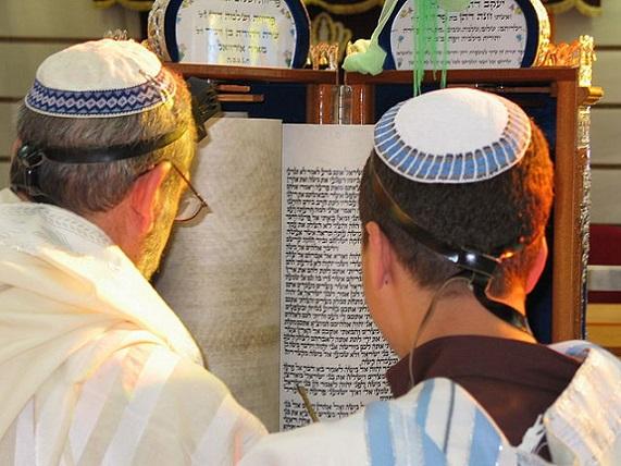 640px-Torah_Reading_Sephardic_custom