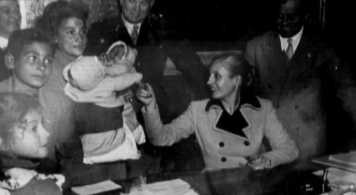 Eva_Perón_reciba_a_una_familia