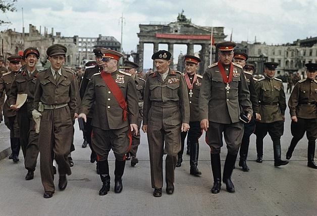 640px-Allies_at_the_Brandenburg_Gate,_1945