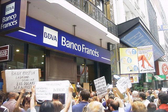 640px-Buenos_Aires_-_Manifestación_contra_el_Corralito_-_20020206-17