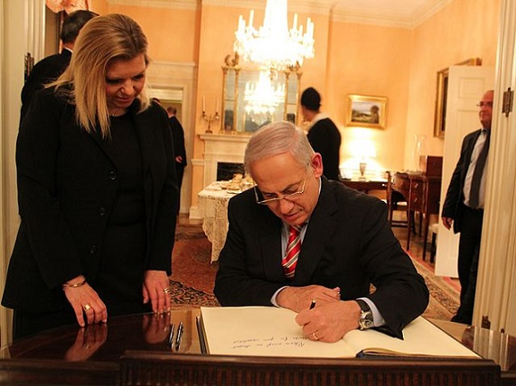 Prime_Minister_Netanyahu_Signs_the_Guest_Book_at_the_Blair_House_(6217970907)