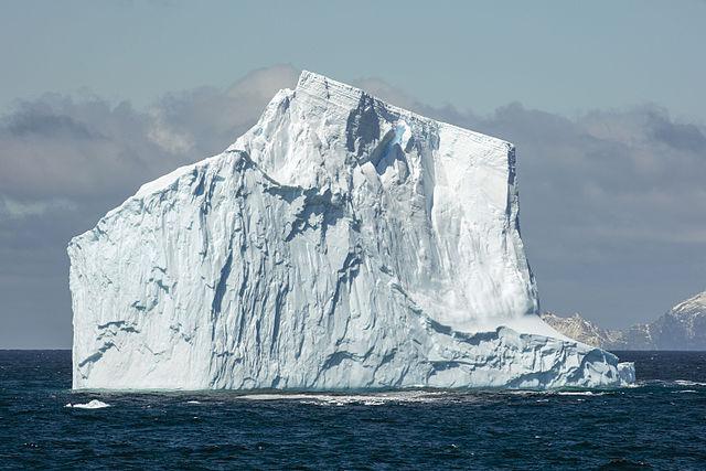 South_Shetland-2016-Southern_Ocean_(off_Elephant_Island)–Iceberg_01