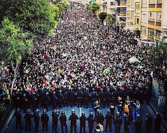 607px-Manifestaciones_en_La_Paz,_Bolivia_en_contra_el_fraude_electoral_y_el_gobierno_de_Evo_Morales