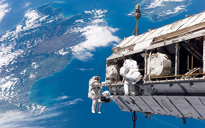 space-astronaut-earth-international-space-station-wallpaper-preview