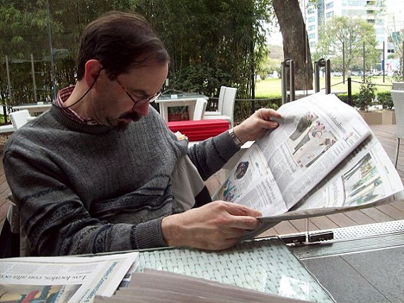 640px-Roberto_Fiadone_leyendo_el_diario