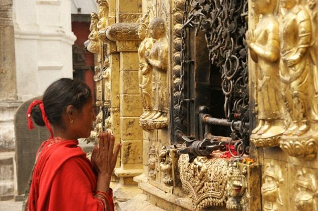 nepal_kathmandu_temple_ritual_young_girl_pray_budda-691662